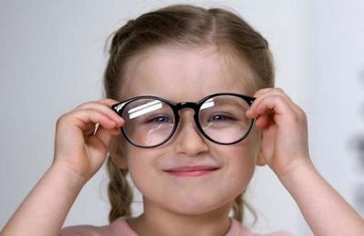 Las señales que indican que tu hijo puede necesitar lentes