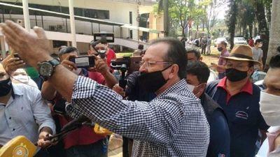 Tras incidentes, taxistas se retiran de reunión sobre apertura de puente