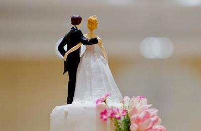 Novios realizaron su boda con 'invitados de cartón' para hacer frente a la pandemia