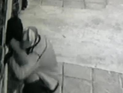 Crónica / (VIDEO) Le puso contra la pared, le toqueteó y le sacó su cartera