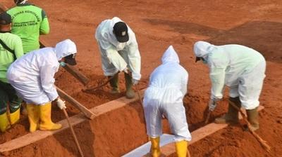 En Indonesia castigan cavando tumbas a los que se niegan a usar mascarilla
