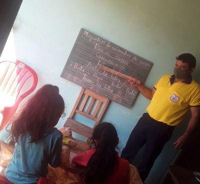 Docente dona pizarra e imparte clases en casa de cada uno de sus alumnos del primer grado