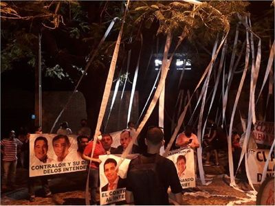 Caso Lanzoni: Ciudadanos de Ñemby escrachan a contralor frente a su casa