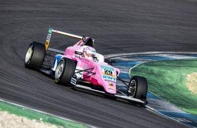En la segunda carrera Joshua con problemas en el auto no pudo sumar puntos