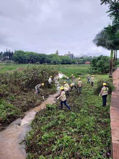 Ante DESIDIA del intendente de CDE, Itaipú realiza limpieza del LAGO de la REPUBLICA