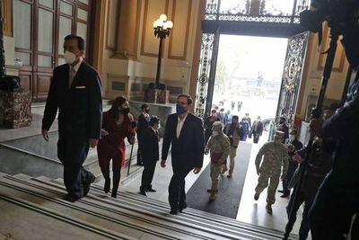 El presidente de Perú invoca a la unidad tras superar pedido de destitución