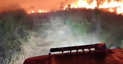 La Nación / Descomunal incendio en área donde vivió Moisés Bertoni