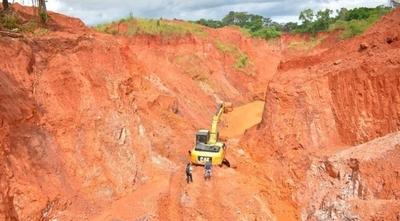HOY / Denuncian fuerte vinculación entre el intendente de Paso Yobái con empresario minero