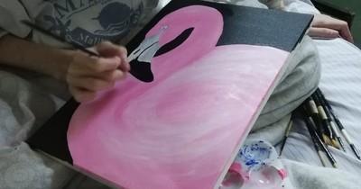 La Nación / A pesar de estar internada y con oxígeno, joven pinta hermosos cuadros