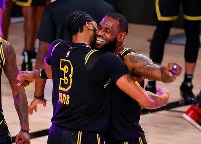 Con triple ganador de Davis, Lakers se ponen 2-0 ante Nuggets en final del Oeste