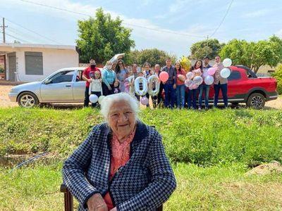 """Doña Marcelina cumplió 100 años y celebró en """"modo covid"""""""