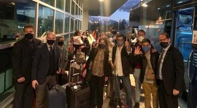 HOY / Compatriotas y residentes llegan al país en vuelo especial desde Ecuador