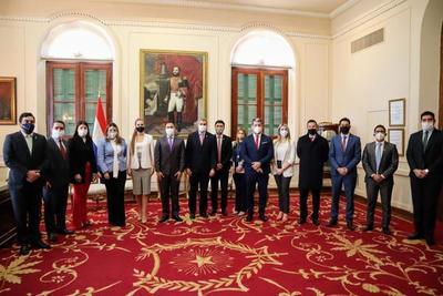 Jóvenes que encabezan instituciones del Ejecutivo se reúnen con Mario Abdo por el Día de la Juventud