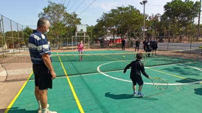 Fomentan tenis en espacios públicos