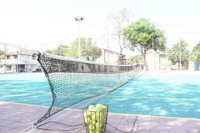 Habilitan primera cancha de tenis municipal en la avenida 21º Proyectada y Chile