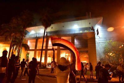 Suspenden juicio oral de acusados involucrados en destrozos e incendio del Congreso