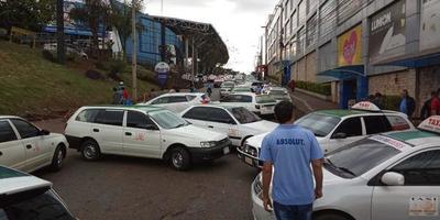 Taxistas de CDE se manifestarán exigiendo la apertura del Puente de la Amistad