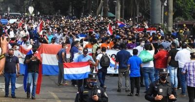 La Nación / En CDE mantienen protesta para apertura total de frontera y no gradual como aprobó el Gobierno