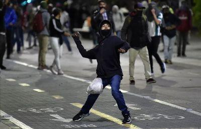 Nueva jornada de protestas y disturbios contra violencia policial en Colombia