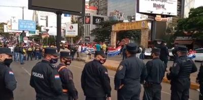 HOY / Comerciantes y gremios de transportistas se manifiestan frente al Puente de la Amistad