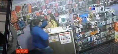 Comerciante fue violentamente agredida en asalto a su tienda