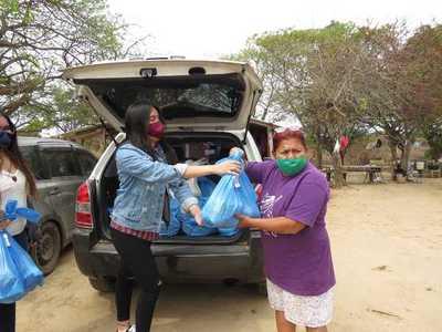 En su día, jóvenes universitarios donaron kits de víveres a familias de bañados