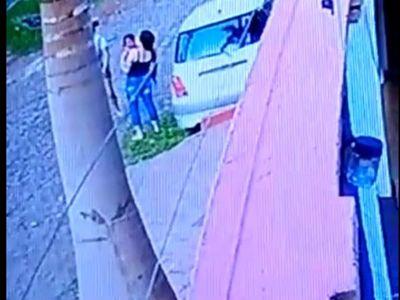 Hombre apedreó a una niña que jugaba en la vereda