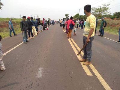 Invasores de estancia vuelven a cerrar ruta pidiendo legalización de tierras