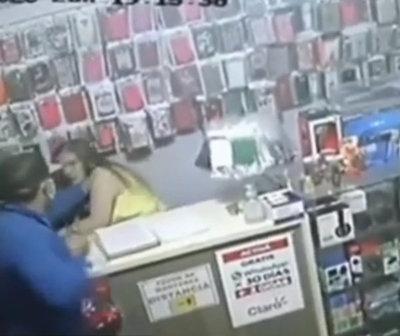 Asaltan violentamente a mujer en local de venta de celulares