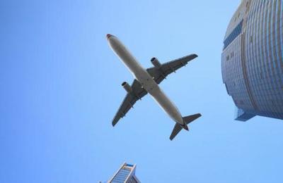 Bebé nació en pleno vuelo y aerolínea le regaló pasajes de por vida