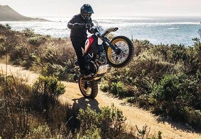 "Fiesta total de motokas desafiando a la muerte: ""wheeling"" a full en playa Coratei"