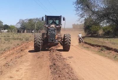 Reparan caminos vecinales en Caazapá