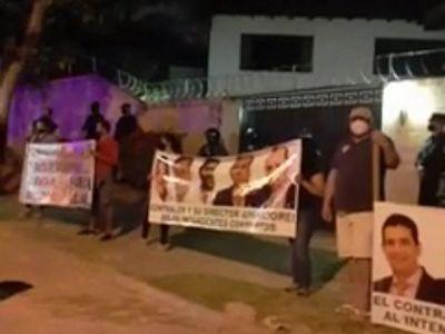 Caso Lanzoni: Ñembyenses escrachan a Velázquez para presionar a contralor