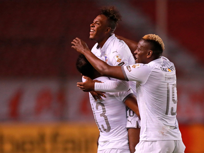 La Liga golea a Sao Paulo y se mantiene en la cima