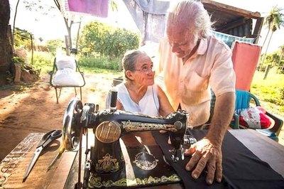 Crónica / Abuelos sastres sobreviven a la pandemia con su pasión