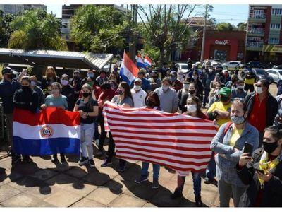 Comerciantes de Encarnación  urgen reapertura del Puente