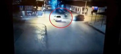 Imprudencia criminal: Pasó luz roja y dejó tendido en el pavimento a un motociclista