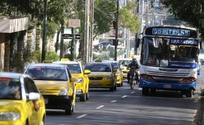 HOY / Taxistas circulan en Asunción en modo de protesta