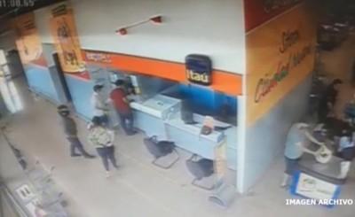 Devolvió dinero que encontró en el suelo de un supermercado
