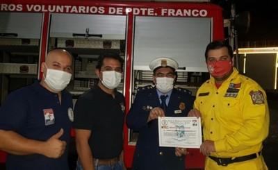 Bomberos de CDE donan camión de rescate a sus pares de Pdte. Franco