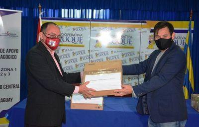 Cooperativa Luque dona 5 proyectores y 11 pantallas a escuelas •