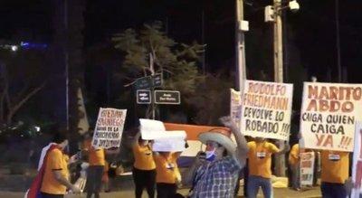 Ciudadanos autoconvocados se manifiestan contra la corrupción