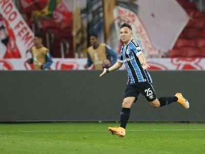 Gremio se impone en derbi de Porto Alegre y alcanza al Internacional