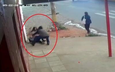 Video: Con violencia le robó la cartera a una mujer » San Lorenzo PY