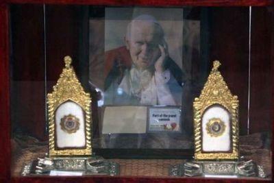 Roban reliquia de Juan Pablo II en Italia