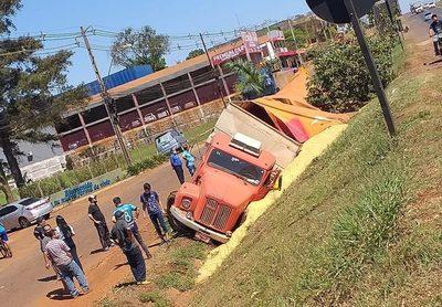Vuelco de camión cargado de granos de soja
