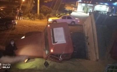 Camión cargado con soja cae a la cuneta tras explosión de cubierta