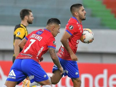 Wilstermann hunde a Peñarol y se mete en la pelea