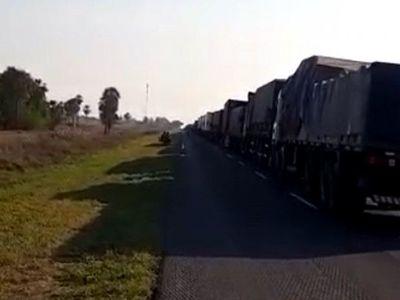Camioneros paraguayos están varados por protestas en Clorinda para reabrir frontera