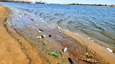 Bajante del río desnuda el basural que se esconde bajo las aguas